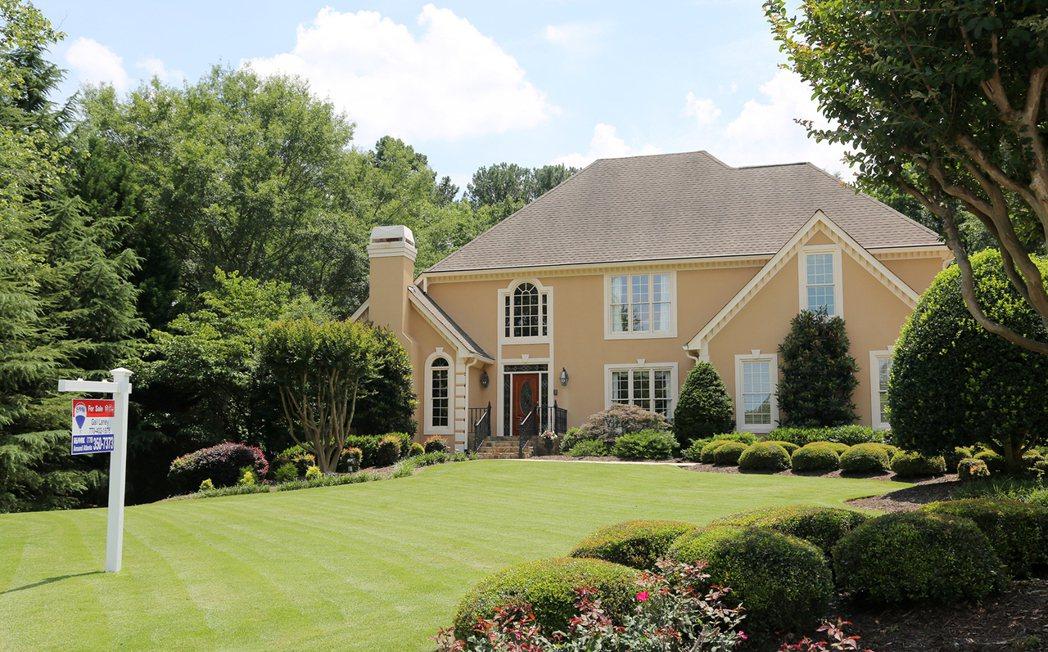 位於瓊斯溪市正等待出售的房子,被富頓郡政府評定房價大幅上揚,繳交的稅金也水漲船高...