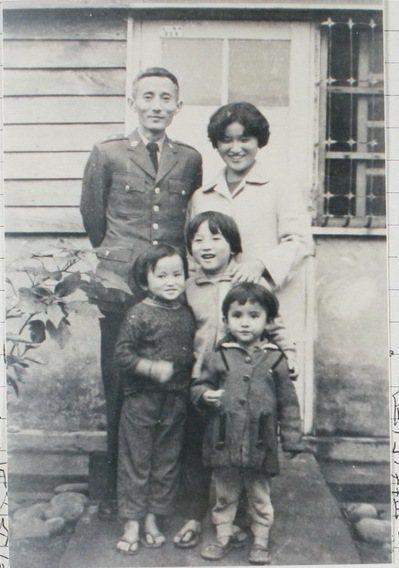 朱西甯、劉慕沙與三個女兒在苗栗劉家前合影,前排自左至右為朱天心、朱天文、朱天衣。...