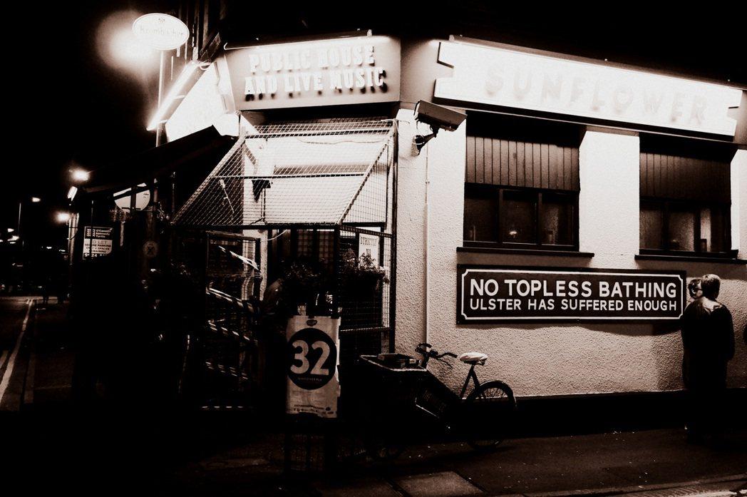 貝爾法斯特的太陽花酒吧,至今還保留著店門口的「籠式鐵閘」。在北愛衝突的高峰期間,...