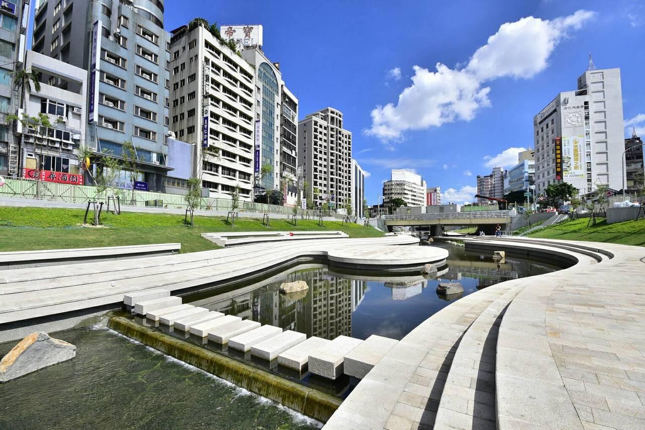 台中市的柳川親水空間,沿線美不勝收。圖/中市水利局提供