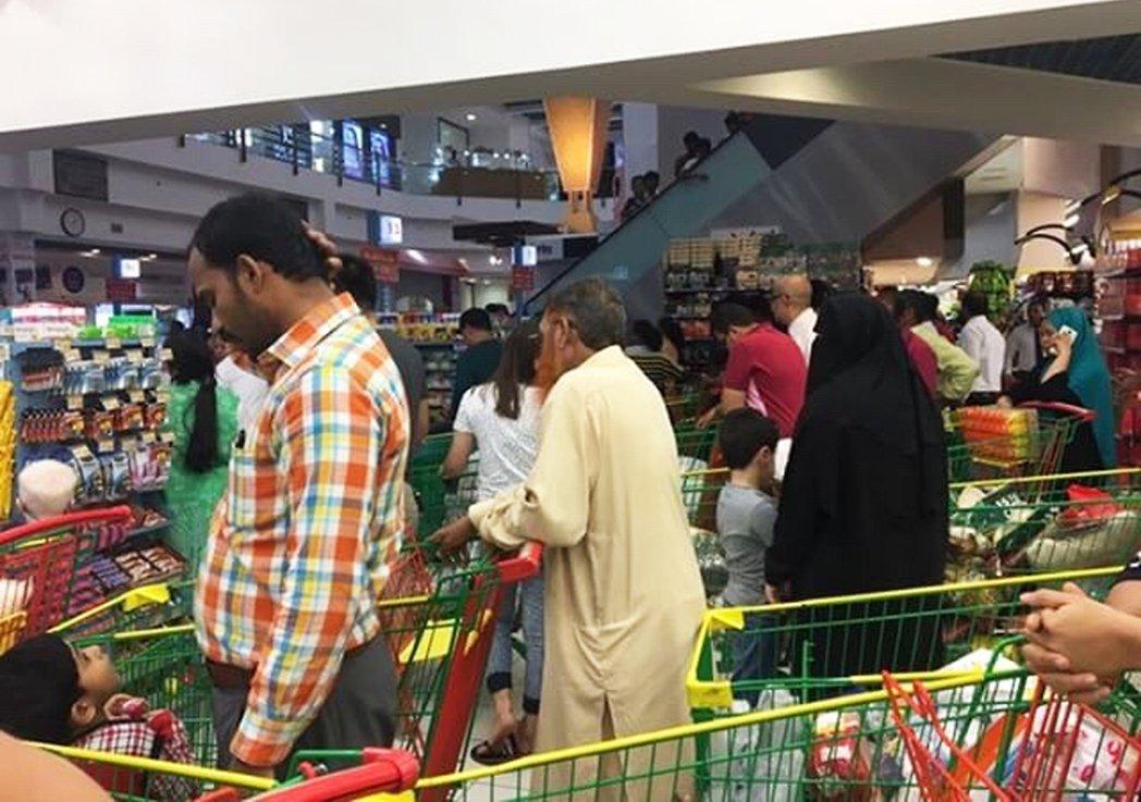 斷交國禁止物資運送至卡達,當地居民已經開始採購食物。圖/美聯社