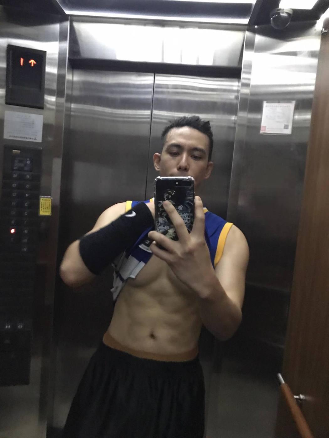 陳楚河在電梯自拍。 圖/擷自陳楚河臉書