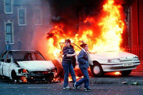 是如何慘烈的故事,能在北愛爾蘭造成如此規模的集體創傷?圖為1997年貝爾法斯特的...