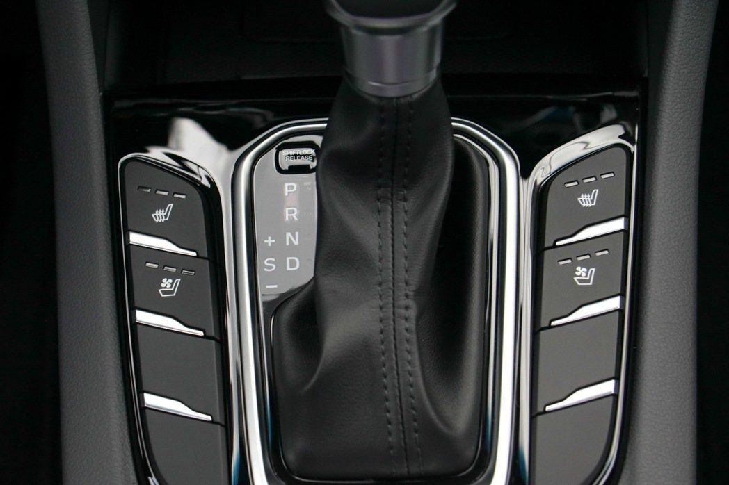 HYUNDAI IONIQ hybrid排檔桿配置,可調節座椅溫度。 記者史榮...