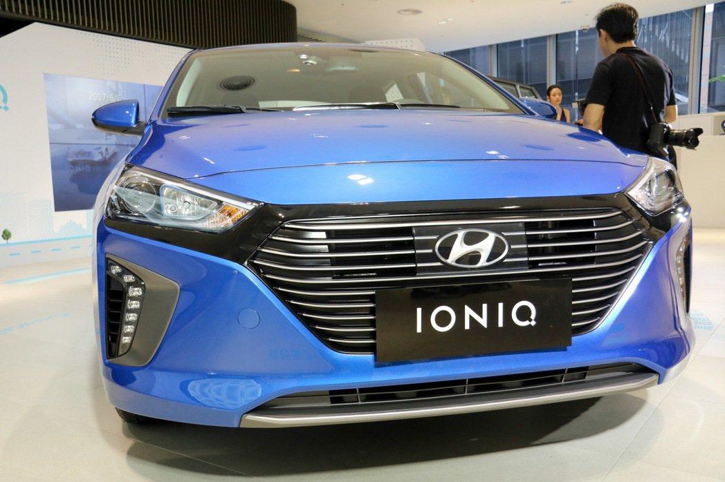 HYUNDAI IONIQ hybrid車頭為六角型進氣壩,且有智慧可變進氣柵...