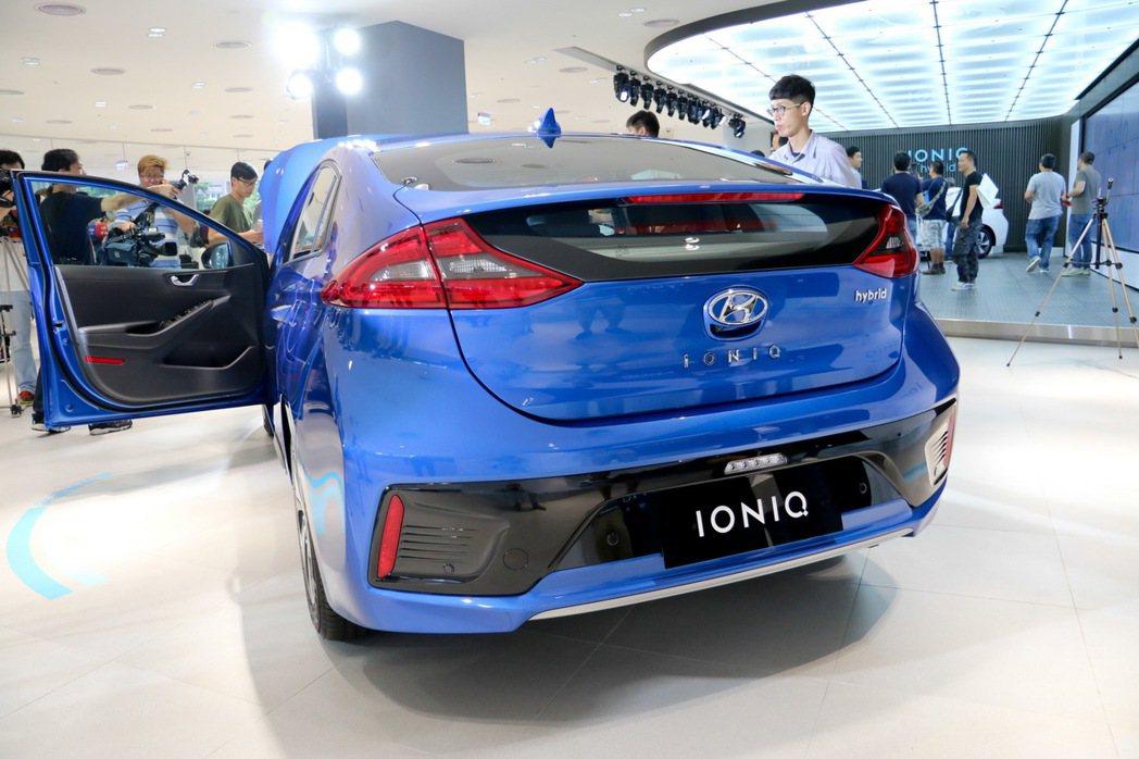 HYUNDAI IONIQ hybrid車尾視角。 記者史榮恩/攝影