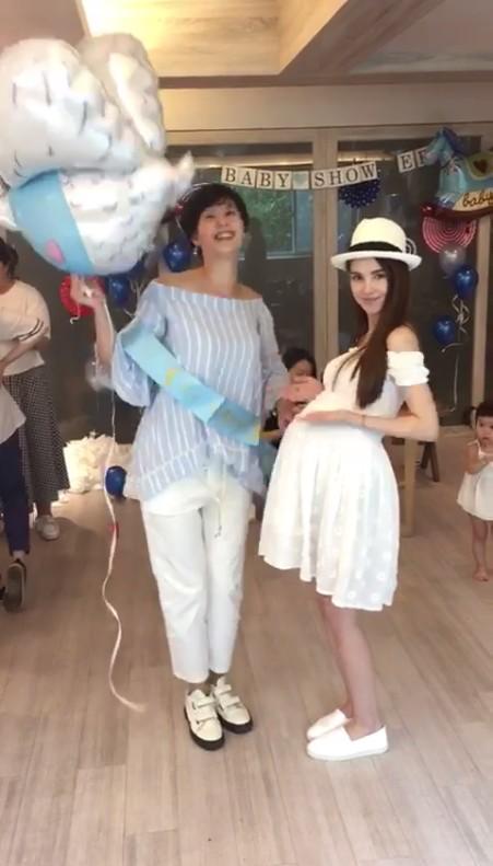 昆凌(右)右後方的小女孩被懷疑就是小周周。圖/摘自臉書