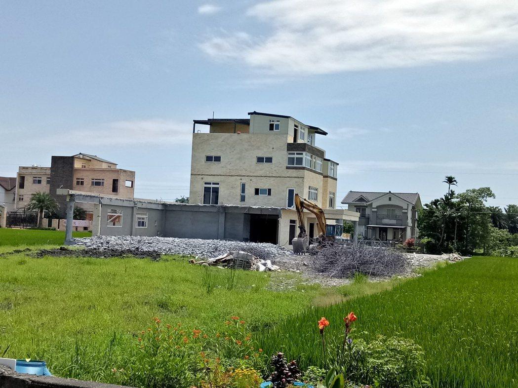 宜蘭五結的違章農舍昨天起大動作開拆,原有的屋簷已拆掉大半。記者張芮瑜/攝影