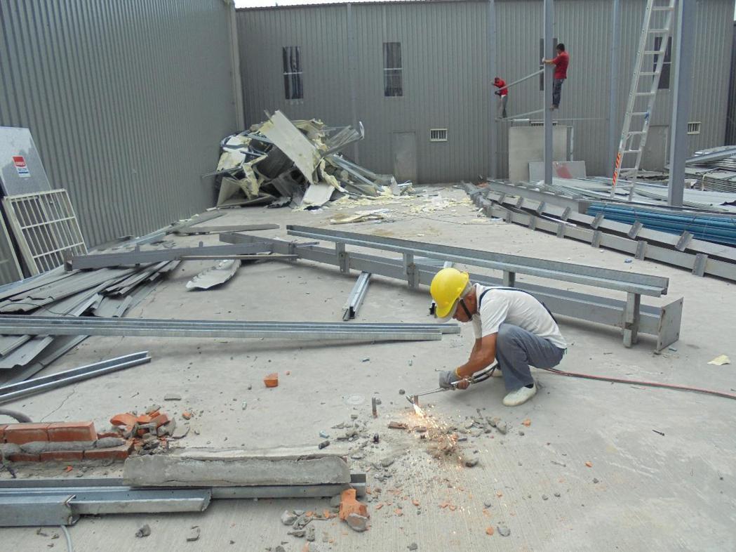 桃園中壢一處造價千萬元的鐵皮廠房被市府拆除。圖/桃園市政府提供