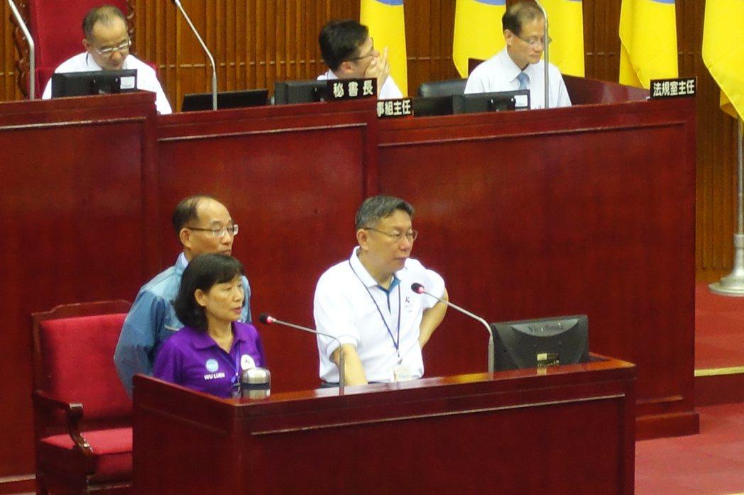 台北市議員陳建銘今在市政總質詢時,問台北市長柯文哲對兩岸議題的態度是什麼?柯文哲...