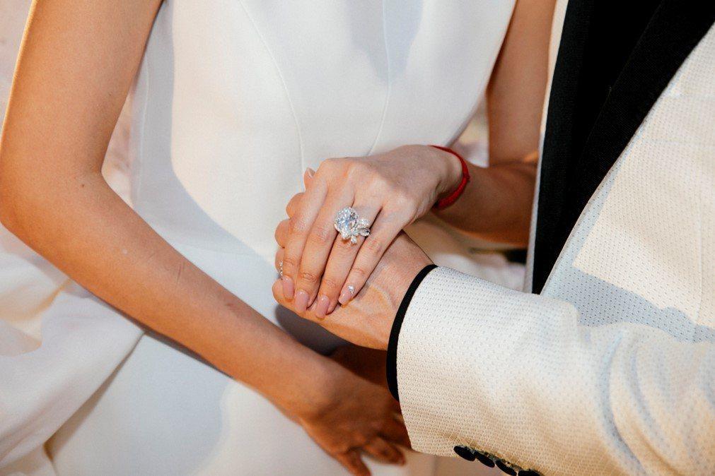 安以軒嫁澳門富商陳榮煉夏威夷婚禮,戴上10克拉鑽戒。圖/安以軒工作室提供