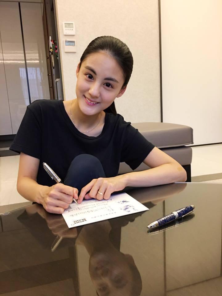 名媛宋紀妍也表示「你有多久沒有拿起筆好好寫字了?快動動手對想表達的人親手寫下想說...