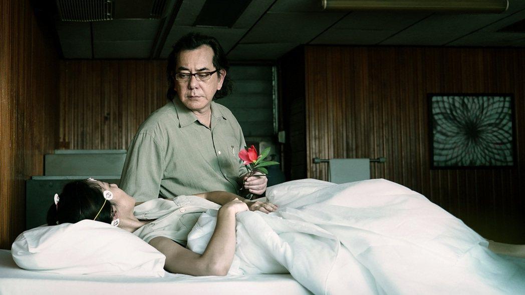 黃秋生在「失眠」中挑戰血腥極限。圖/華映提供