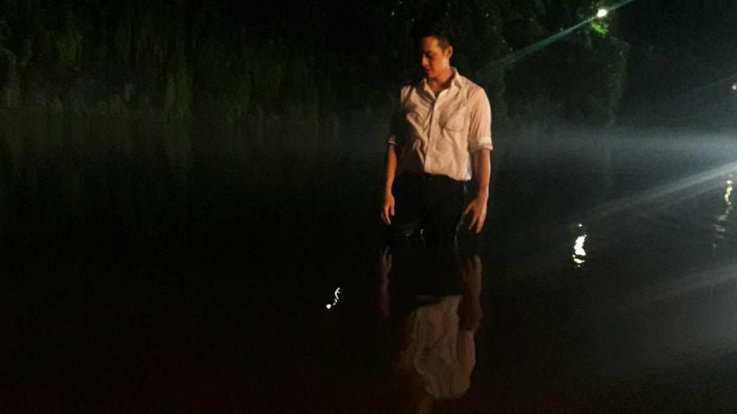 林則希演「春花望露」拍攝落水戲。圖/民視提供