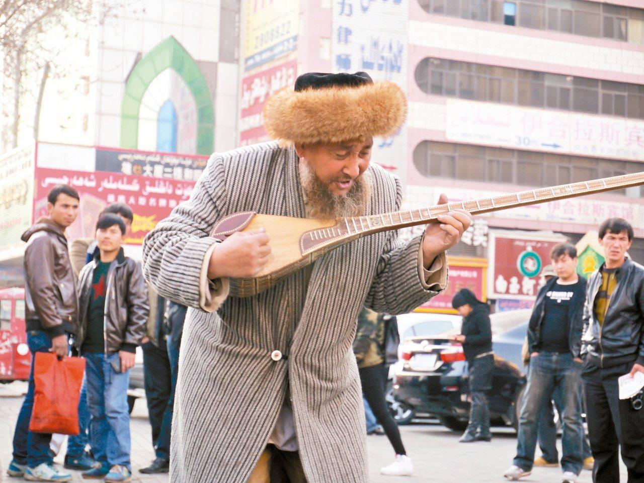 烏魯木齊的街頭藝人。 記者羅建怡/攝影