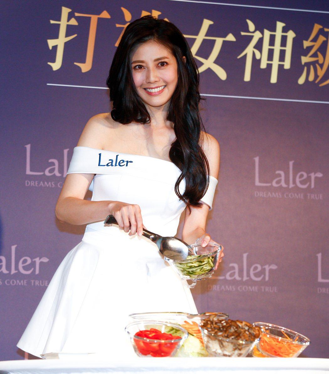 韓瑜今天出席瘦身輔助食品的活動,親手製作沙拉。記者程宜華/攝影