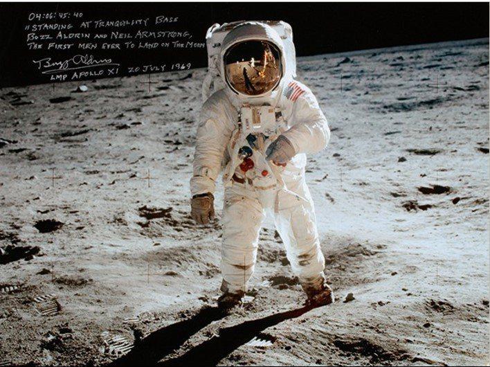 首位登上月球的太空人阿姆斯壯,當年登月時採集月球樣本的袋子,7月將在紐約再拍賣;...
