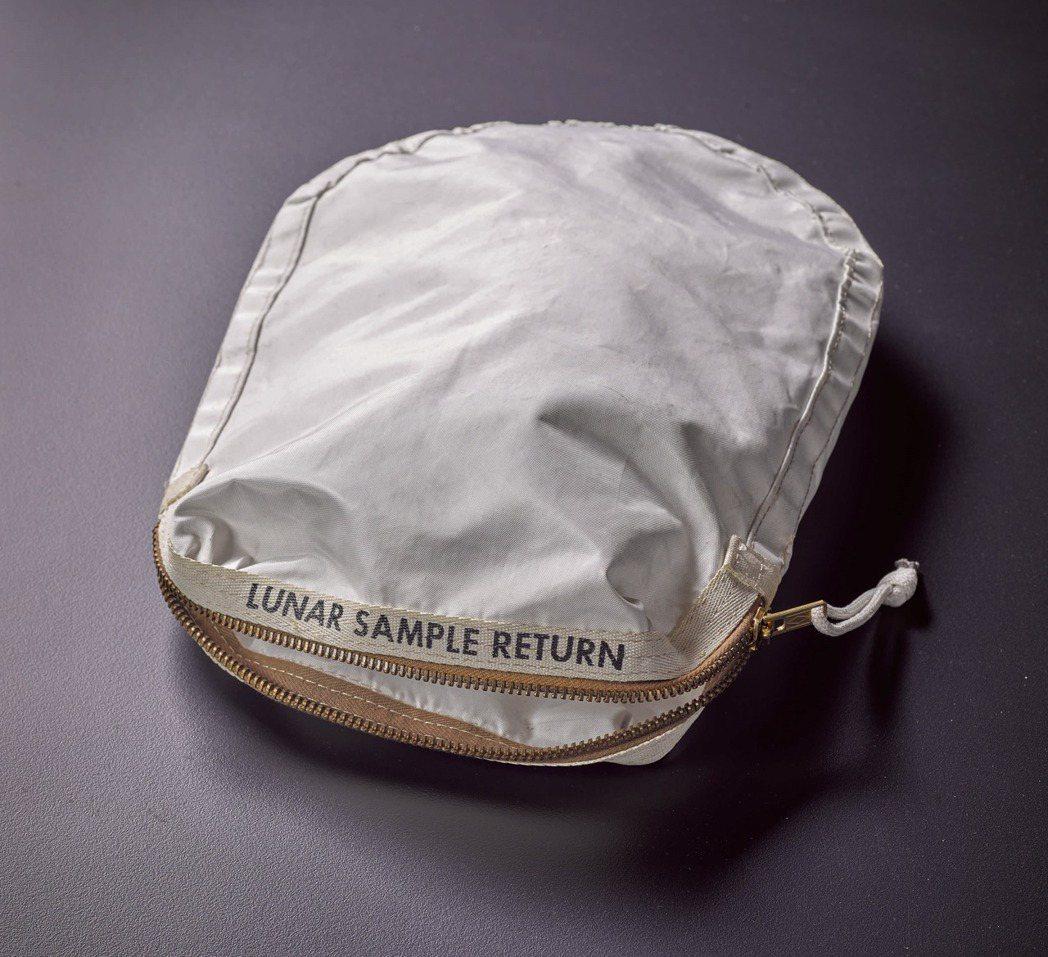 人類進行登月任務用以採集首批月球樣本的樣本袋。袋面以黑色粗體字母寫上「LUNAR...
