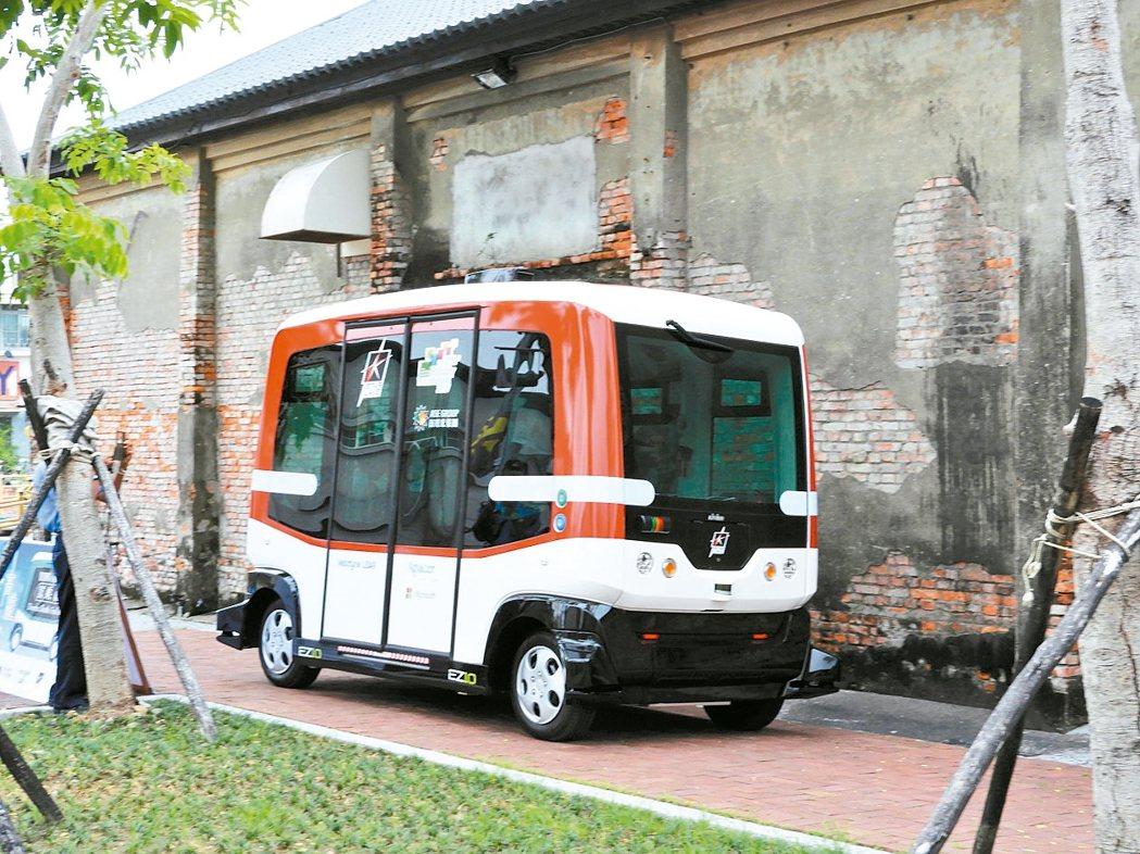 高雄引進全台首輛無人駕駛小巴士,今天正式亮相。 報系資料照