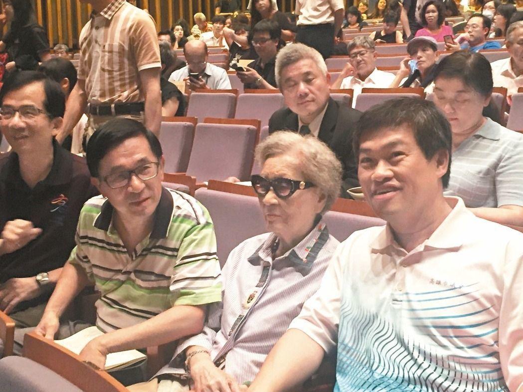 前總統陳水扁(左)與母親陳李慎(中),日前一起出席音樂會,扁臉上都掛著微笑。聯合...