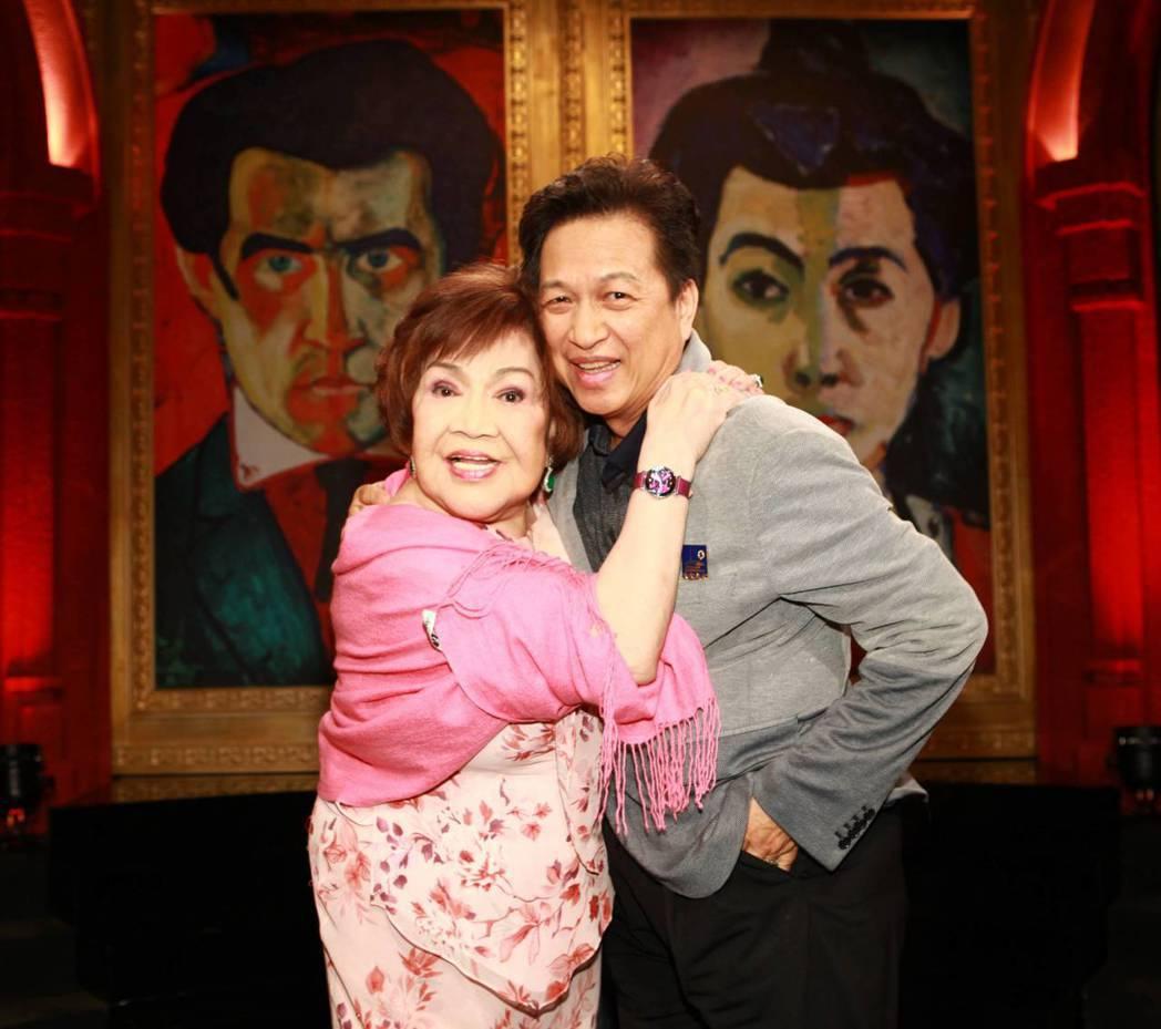 周遊(左)與老公李朝永(右)感情甜蜜。 圖/公視提供
