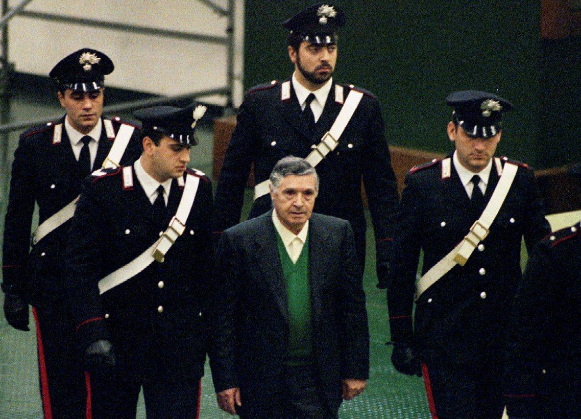 資料圖片:90年代,出庭受審的柯里昂教父里納。 圖/路透社