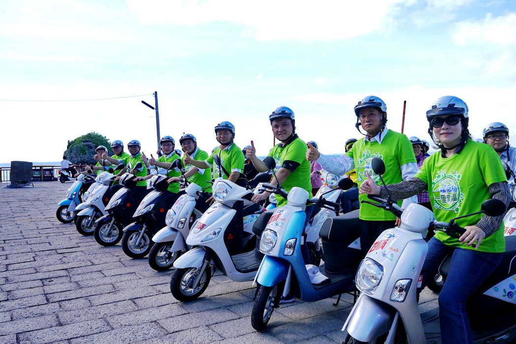 在屏東縣政府、中華汽車及乙順綠能的合作下,中華汽車e-moving電動機車正式導...