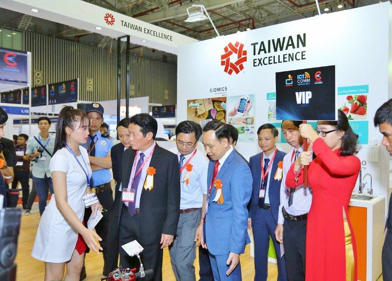 越南通信部次長Hoang Vinh Bao(左2)及大會VIP貴賓參觀台灣精品館...