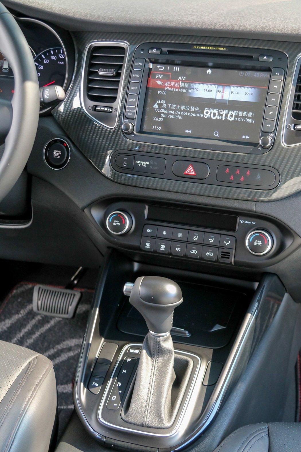 KIA Carens內裝設計風格大幅強化運動氣息。 記者史榮恩/攝影
