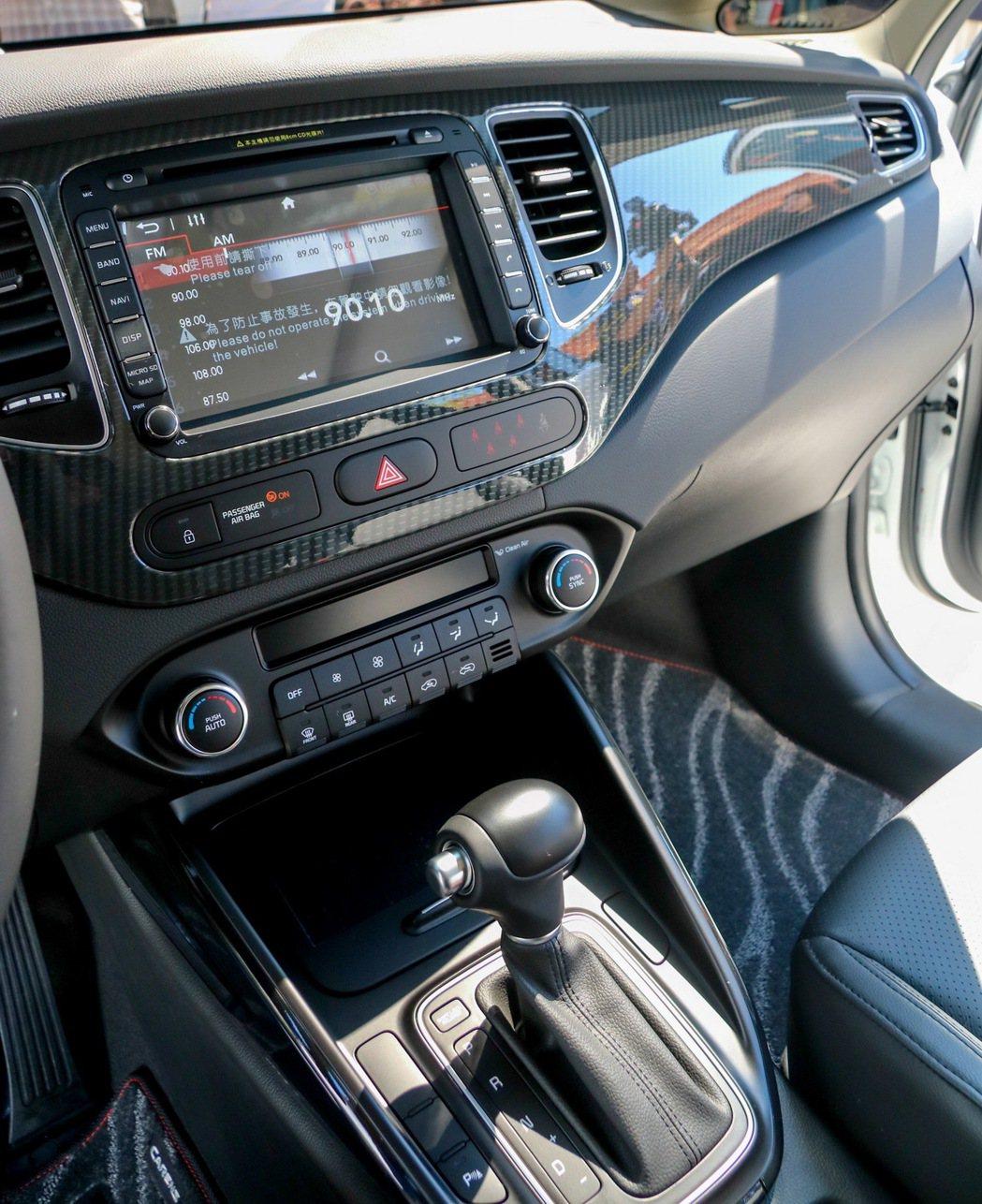 KIA Carens全車系標配具衛星導航功能的多媒體觸控影音系統。 記者史榮恩/攝影
