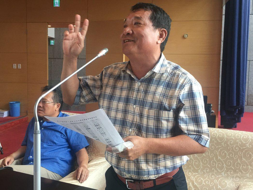 台中市議吳顯森關心台中與大陸的關係,要求市長林佳龍說明白。記者陳秋雲/攝影