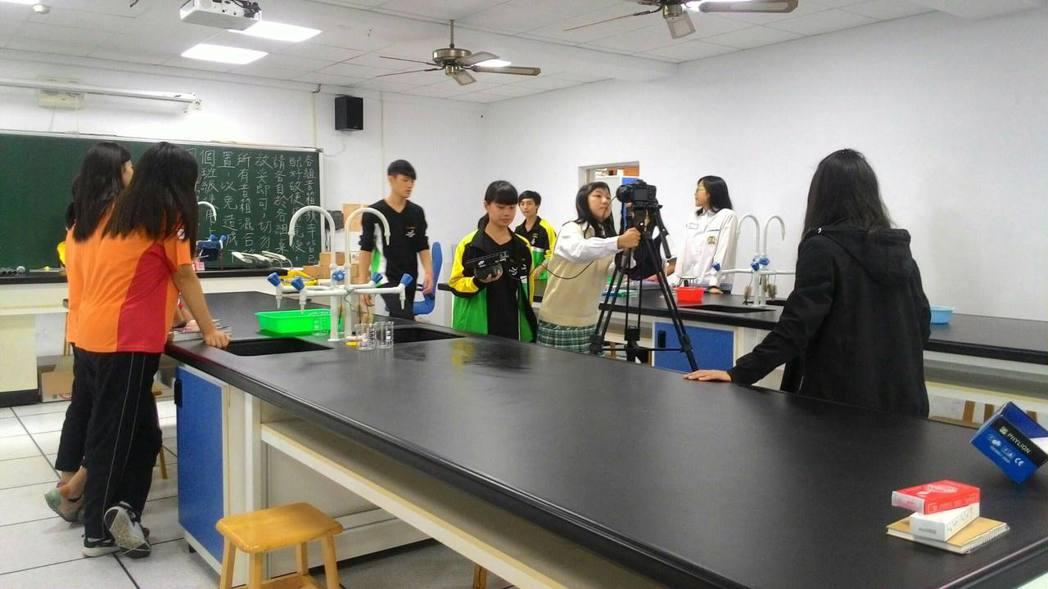 桃園至善高中表演藝術科師生,帶領大成國中學生拍攝招生影片。記者許政榆/攝影