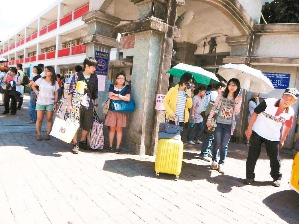 往年各縣市國中教師甄試,可以看見許多考生拖著行李箱到考場應試。圖/報系資料照