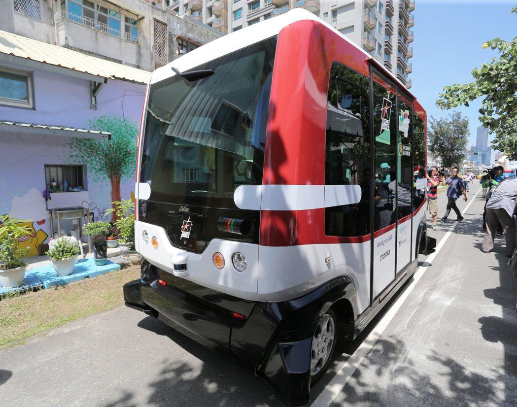 高雄市引進全台第一台無人駕駛小巴,今天下午舉行記者會正式亮相,宣告高雄無人車時代...