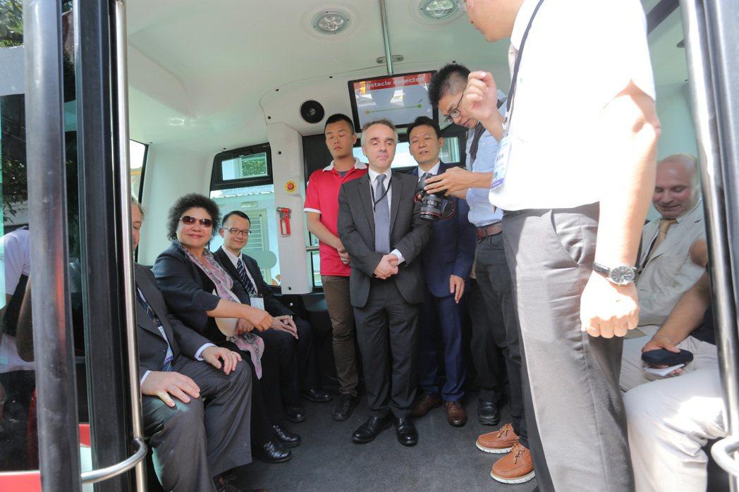 高雄市引進全台第一台無人駕駛小巴,今天下午舉行記者會正式亮相,市長陳菊特地到駁二...