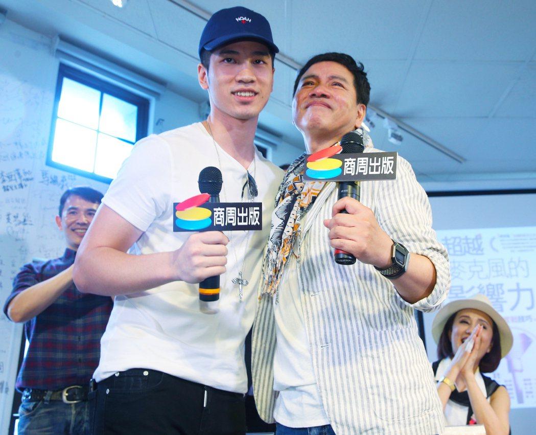 陳凱倫新書發表會下午在舉行,陳凱倫(右)與兒子陳銳(左)高歌「新不了情」後,相互...