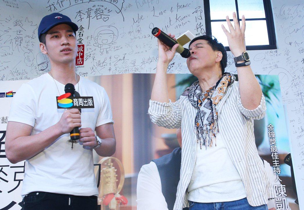 陳凱倫新書發表會下午在舉行,陳凱倫(右)與兒子陳銳(左)高歌「新不了情」。記者陳...