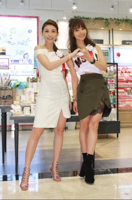 愷樂(左)和池端玲名一起為日本美妝店開幕擔任剪綵嘉賓。圖/@cosme   st...