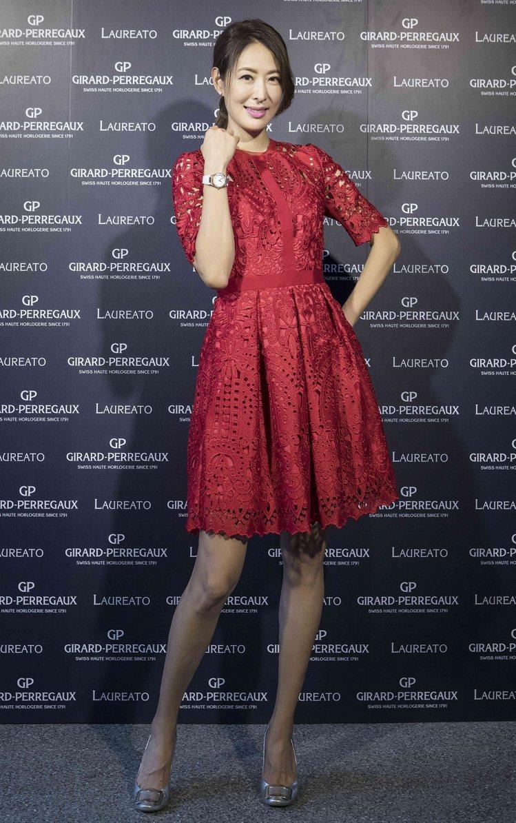 賈永婕今天以Ted Baker紅色蕾絲短洋裝,佩戴芝柏桂冠系列玫瑰金腕表,約55...