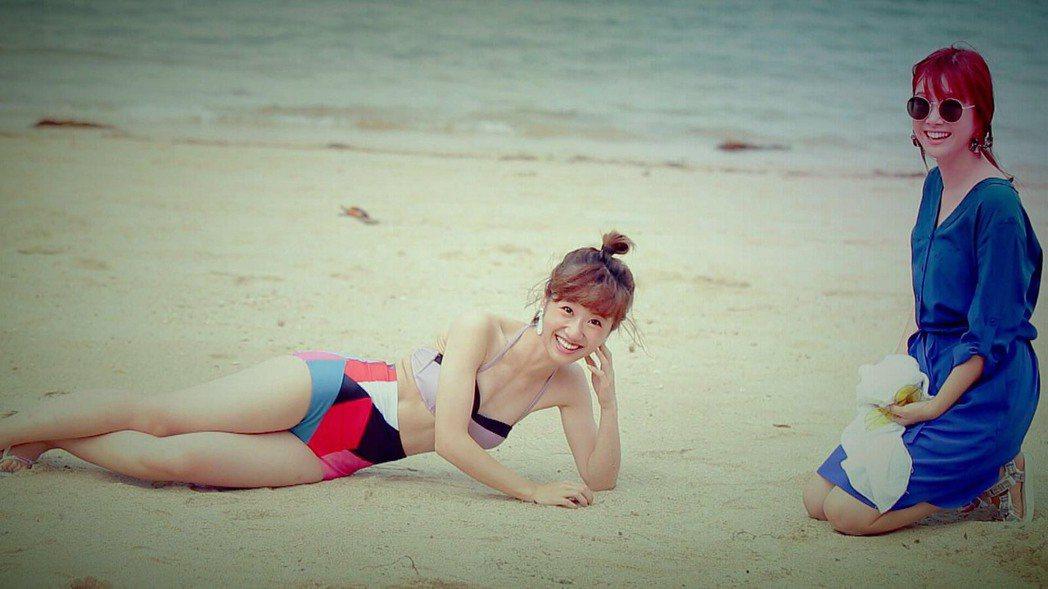 Lulu(左)泳裝上鏡,李佳穎卻一旁向觀眾道歉。圖/TVBS提供