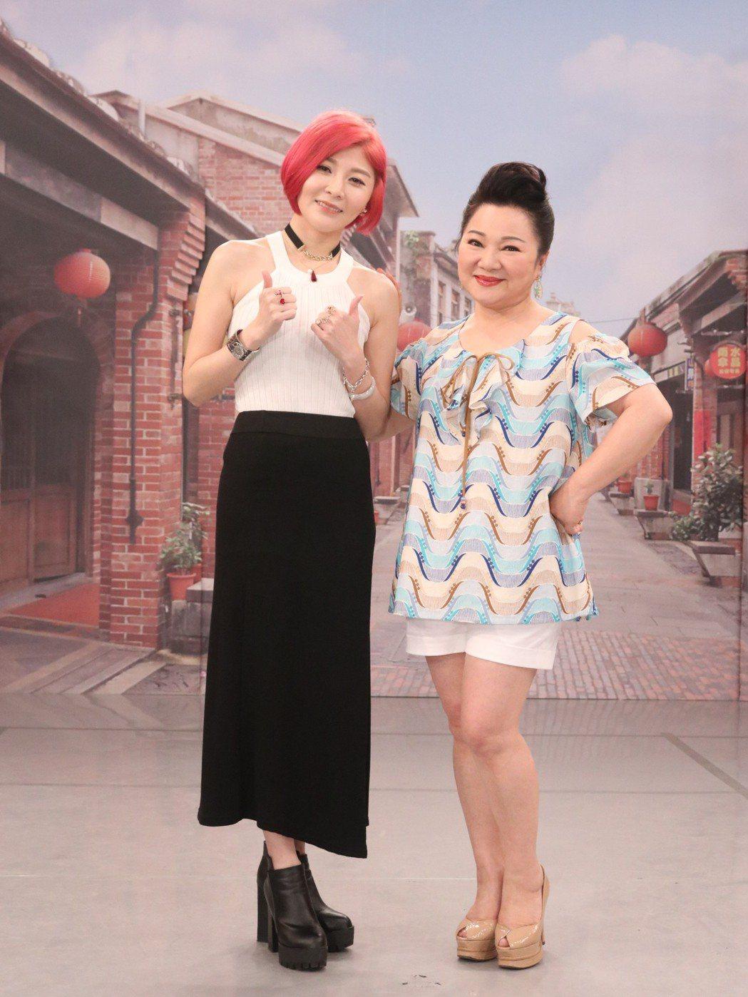 蕭玉芬(左)上中視「冰冰show」。圖/中視提供