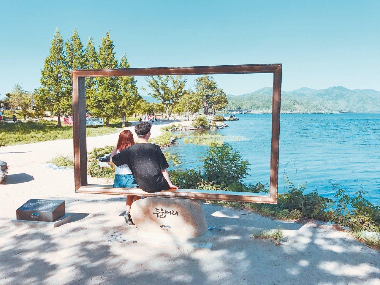 情侶爭相利用畫框合照。 記者李姿瑩/攝影