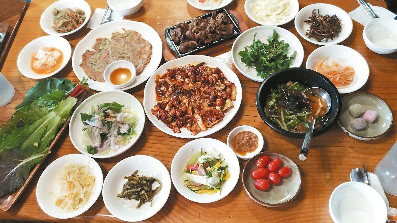 楊平餐廳多使用龍門山現採野菜。 記者李姿瑩/攝影