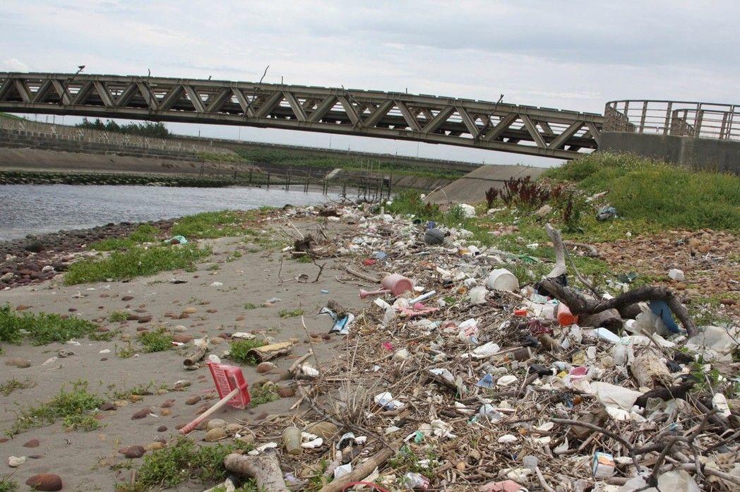 六月八日世界海洋日讓我們一起關心海洋垃圾問題。圖為桃園市埔心溪出海口旁,海洋垃圾...