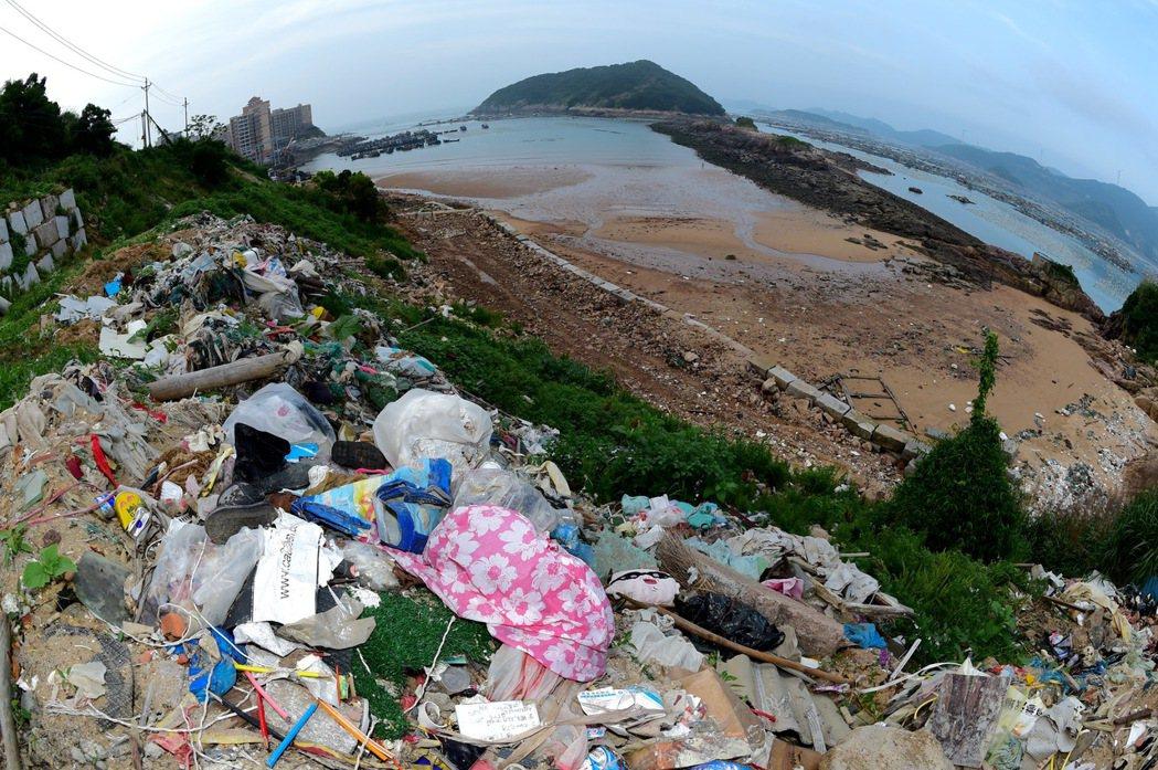 圖為大陸福州,去年6月8日福建省連江縣安凱鄉奇達村生活垃圾被隨意傾倒至海邊,成為...