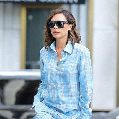 貝嫂近日被拍到身穿同名品牌Victoria Beckham的2018早春系列天藍...
