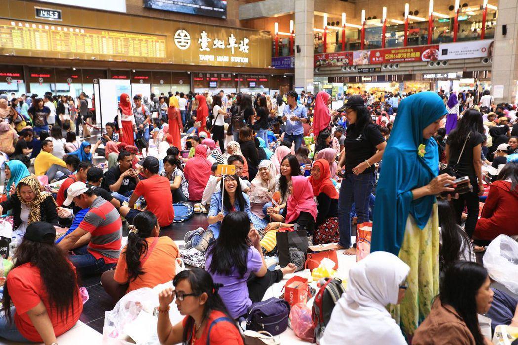 台灣多數印尼籍移工都是穆斯林,每年齋戒月白天禁食不喝水,開齋時熱鬧慶祝。 報系資...