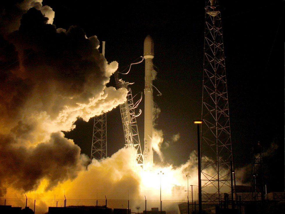 美國太空探索科技公司(SpaceX)已研發出可回收的獵鷹9號火箭(Falcon ...