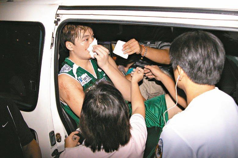 2007年,在苗栗進行的海峽盃籃球賽,來自江蘇南鋼隊的球員孟達肘擊台啤球員吳岱豪,圖為吳岱豪鼻樑血流如注畫面。 圖/聯合報系資料照