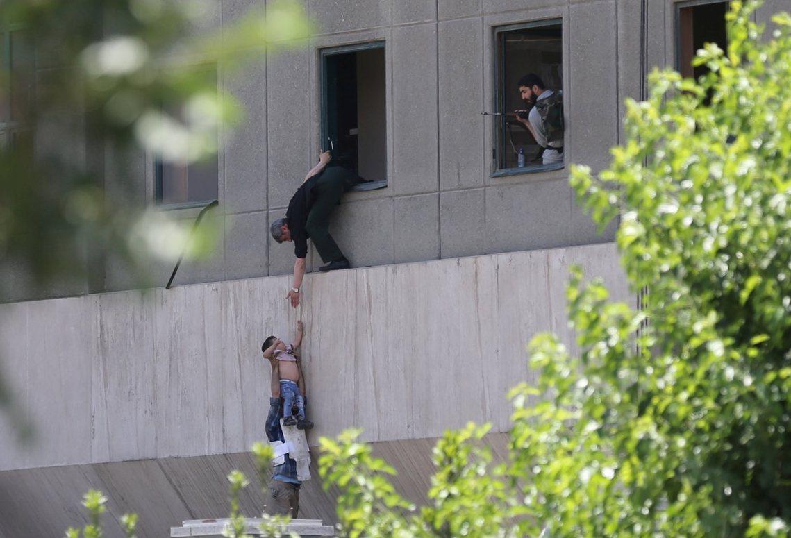 國會對峙中,伊朗反恐部隊正試圖救出一名受困男童。 圖/路透社